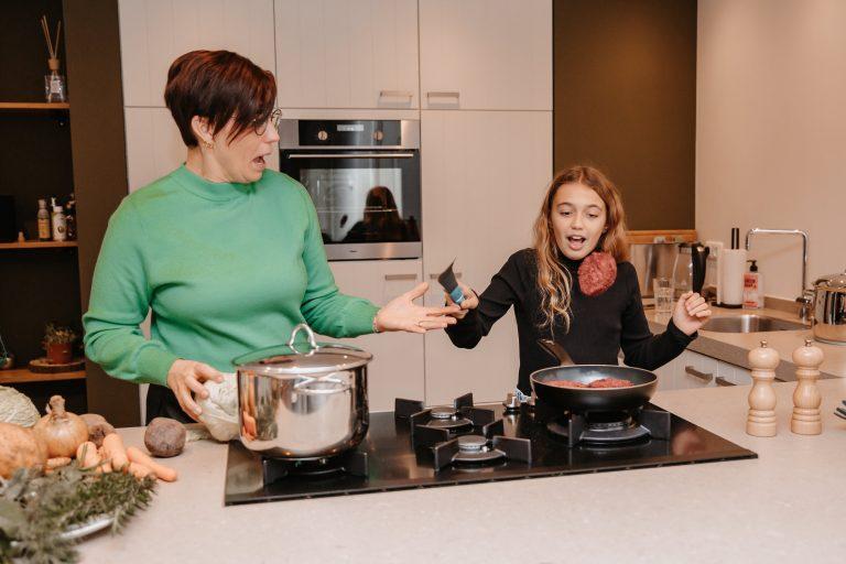 koken met een gezin en kinderen